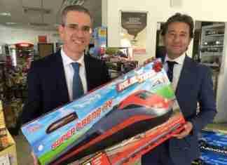 L'assessore regionale alle Infrastrutture Falcone con un trenino giocattolo