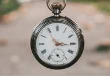 Un orologio sospeso