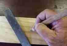 Un artigiano al lavoro con righello e matita