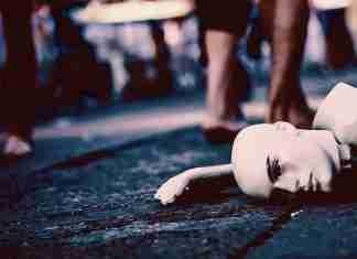 Un manichino in strada giace nell'indifferenza