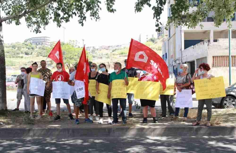 Librino, protesta dei residenti per i lavori nell'ex palazzo di cemento