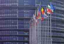 Bandiere davanti al Parlamento europeo