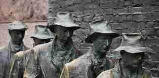 Lavoratori in fila in una scultura