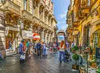 Turisti per le strade di Taormina