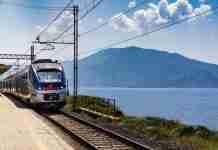 Treno in riva al mare in Sicilia